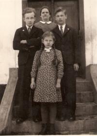 Adolf Kaleta (vpravo) s maminkou a sourozenci v roce 1940 na Těrlicku
