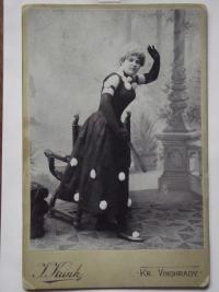 Babička z maminčiny strany v divadelním kostýmu
