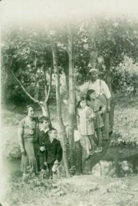 Rodina Roubíčkova, 1931. Zleva: maminka, Karel, Rudolf, Věra, Rena, tatínek