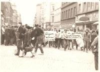 Manžel Josef Fidler na protiokupační demonstraci, Karlovy Vary 21.8.1968