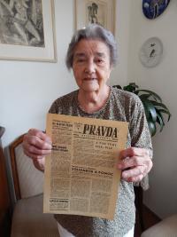Anna Fidlerová s okupačním vydáním Pravdy ze srpna 1968, Karlovy Vary 2014