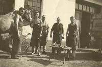 Josef Štourač (vlevo) ve své kovárně