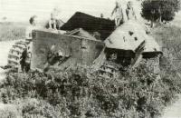 Žofie Štouračová se sourozenci u torza tanku ve Vlasaticích