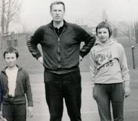 Helena s otcem a bratrem, 1975