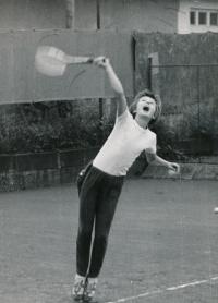 Helena podávající, 1975