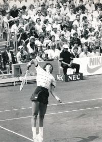 Helena podávající, 1986
