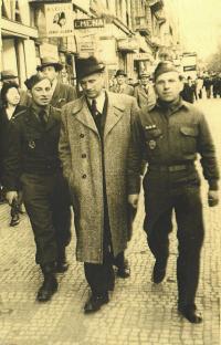 Dalibor Knejfl s Frntiškem Bogdou a dalším spolupartyzánem, 1946