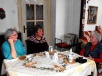 Natáčení pamětí; zleva Alice Hronová (Eliščina dcera), Jarmila Volfová (Eliščina sousedka) a Eliška; Rotava; 2014