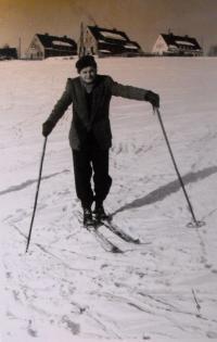 Eliščin manžel na lyžích; stráň pod jejich domem (v této době ještě nebyly domy odkoupeny - ještě nestály ploty a garáže); Rotava; 1955