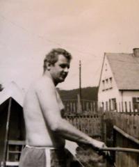 Eliščin manžel na dvorku (v této době již stojí ploty atd.); Rotava; 1962