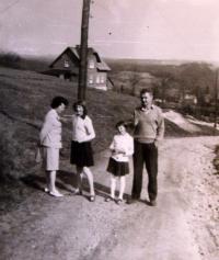 Cesta z Glasbergu (dnes Sklená/Kraslice) - severní okraj Rotavy; Eliška s manželem a dcerou; 1959