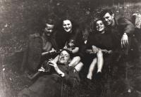 Květnoví přátelé; zleva Eliška, kamarádka Helena, sestra Kamila a američtí vojáci Jimmy Red a Hugo Eigenmann; Sušice; 1945
