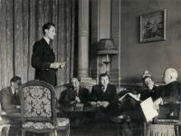 Karel Dufek (stojí) s prezidentem Benešem v Londýnském exilu. Úplně vlevo sedící Adolf Vodička.