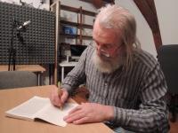 Jiří Kostúr podepisuje knihu Satori v Praze
