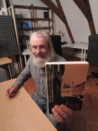 Jiří Kostúr s knihou Satori v Praze