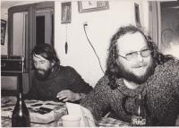 Jiří Kostúr v Nové Vísce nad kronikou, vpravo František Stárek