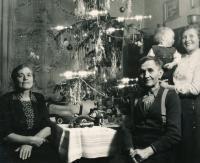 Půlroční Vladek s prarodiči (vpředu) a matkou (vpravo vzadu) - Vánoce 1950