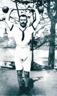 Pradědeček Vladka Laciny s činkou, 1900