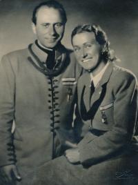 Rodiče Vladka Laciny, Svatopluk a Božena, v sokolské uniformě na všesokolském sletu 1948