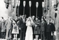 Novomanželé Vladek a Vladimíra Lacinovi na svatební fotografii s veslařským doprovodem, 1975
