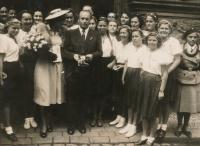 Svatba rodičů Vladka Laciny, Boženy a Svatopluka, se sokolským doprovodem, 1948