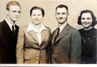 S rodiči a bratrem po válce