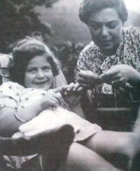 Eva Löwidtová s maminkou v Děčíně, cca 1934-1935