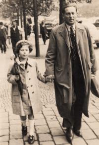 Eva Erbenová s tatínkem, Praha Na příkopech, cca. 1937/38
