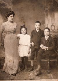 Charlota, Marta, Josef a Arnošt Loevidtovi - matčina rodina, 1910