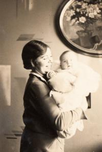Maminka s novorozenou Evou Loevidt-Erbenovou, 1930