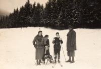 Zleva Klára, Eva se svou matkou, Edita a Fr. Loevidtovi, cca. 1933