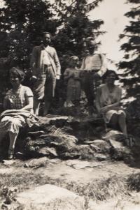 Eva Erbenová s rodiči na výletě, po r. 1935