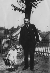 Eva Erbenová s otcem jdou gratulovat mamince k narozeninám, 1932