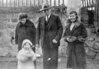 Eva Erbenová s maminkou, dědečkem a babičkou Loevidtovými, 1932