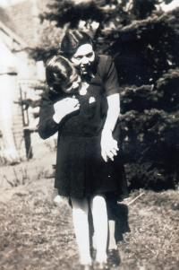 Eva Erbenová s maminkou, těsně před válkou