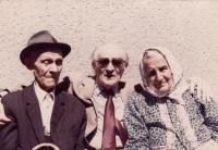 Kryštof a Ludmila Jahnovi, kteří se ujali Evy Erbenové po válce (po stranách)
