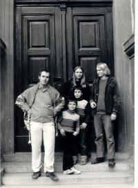 fotka se sourozenici (Zuzana, Ondřej, nevlastní Marek a Dick)