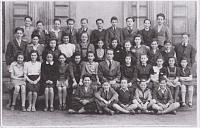 Školní fotografie 1940-1941. Karel Ellinger čtvrtý zleva v poslední řadě, pátý zleva Jiří Weiss.