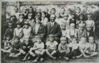First grade of elementary school in Malšovice (1930) - Vladimír marked with an arrow