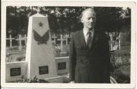 Vladimír with the memorial which he had sculpted (1948)