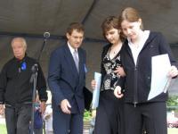 8.  14. 6. 2008-350. výročí Gymnázia ve Slaném predani ceny studentkám