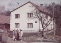 v pozadí stodola, kde rodina Hušťova v Prlově ukrývala partyzány