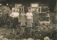 v Prlově - Marie, Ludmila a Anežka Hušťovi