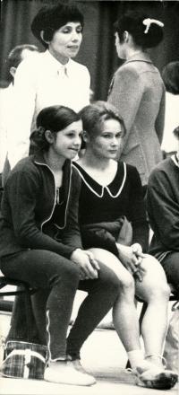 Komrsková s Marikou Krajčířovou, v pozadí baletka paní Sobotková