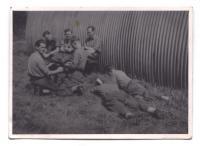 Hanuš Kotek s kamarády v Yeoville v roce 1942