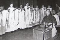 1974 požehnání arcibiskupovi Františku Tomáškovi, P.Pometlo je nejvyšší, 4.zleva