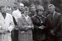 Luboš Hruška s manželkou (zcela vpravo) při svěcení Meditační zahrady a Památníku obětem zla, Plzeň
