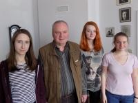Jan Litomiský se studentkami z projektu Příběhy našich sousedů