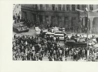 Mírové náměstí u radnice - tanky najíždějí na sanitky