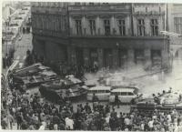 Zbourané podloubí na Mírovém náměstí - tanky nabouraly do sanitek